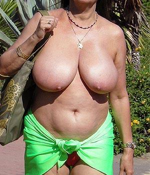 Cougar retraitée de 56 ans amatrice de naturisme